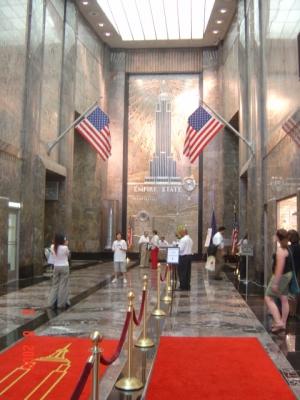 Вход в небоскреб Empire State Building, на 63 этаже которого находится школа английского языка Каплан
