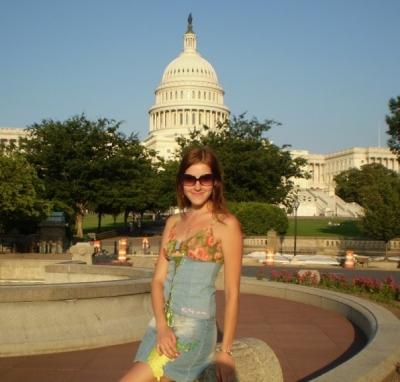 на фоне Капитолия