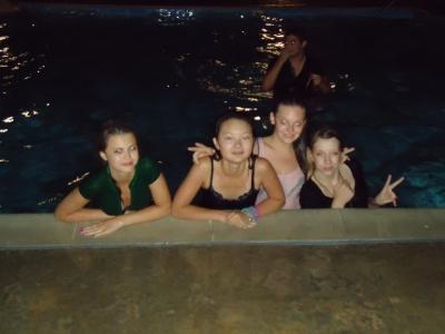 Вечеринка на кампусе у бассейна