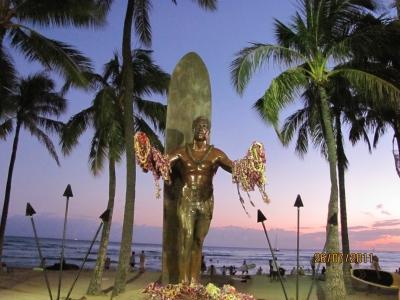 Знаменитый Дюк - праотец всех серферов в центре пляжа Вайкики