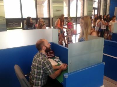 Дети проходят иммиграционный контроль (совсем как в настоящем аэропорту)