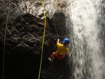 спуск со скалы по водопаду