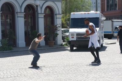 Известный баскетболист снимается в рекламе в центре Лос-Анджелеса