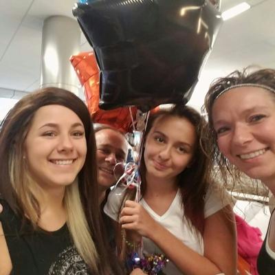 Принимающая семья встречает с самолета, фото Леры Л., 2016-17 учебный год, размещение штат Висконсин