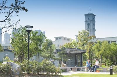 Главная башня университета с курантами